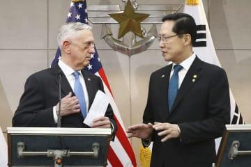 会談前に言葉を交わすマティス米国防長官(左)と韓国の宋永武国防相=28日、ソウル(共同)