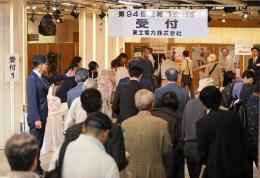 総会に向かう東北電の株主ら=27日午前9時40分ごろ、仙台市青葉区の電力ホール