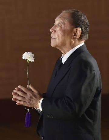 衣笠祥雄さんの「お別れの会」で手を合わせる江夏豊氏=28日午後、広島市