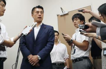 証券会社から5千万円の提供を受けた問題で、記者団に説明する細野豪志元環境相(左から2人目)=28日午後、国会