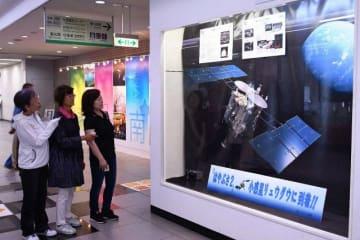 展示されているはやぶさ2のイラストとパネル=相模原市役所1階ロビー