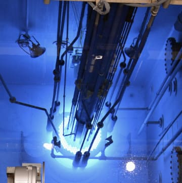運転を再開し、青白い光がともった日本原子力研究開発機構の原子炉安全性研究炉=28日午後、茨城県東海村
