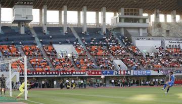 パロマ瑞穂スタジアムで改めて行われた名古屋―奈良クラブのPK戦=28日午後、名古屋市