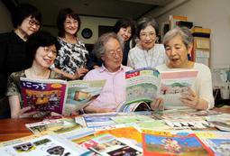 これまで発行してきた「にっち倶楽部」を読み返し、活動を振り返る久野幸子さん(右端)らメンバー=芦屋市宮塚町