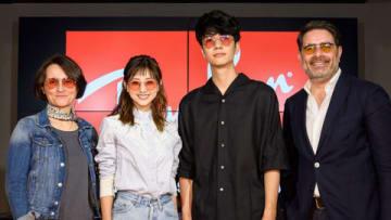 アイウエアブランド「Ray-Ban」の国内初のフラッグシップストア「Ray-Ban Store SHIBUYA」のオープンイベントに登場した伊藤千晃さん(左から2人目)
