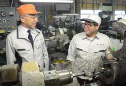 復配を達成し、社員と談笑する清野社長(左)