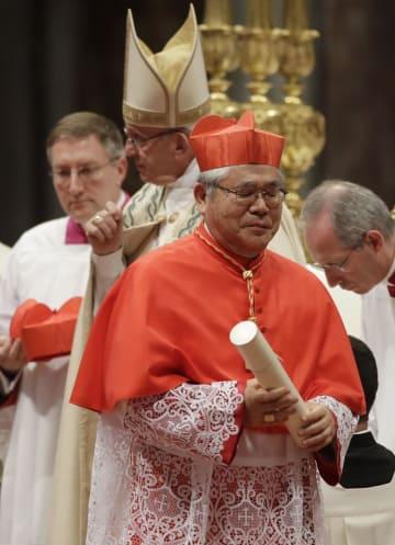 28日、バチカンのサンピエトロ大聖堂で、枢機卿に就任した前田万葉大司教(AP=共同)