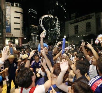 東京・渋谷で、日本代表の決勝トーナメント進出を喜ぶ人たち=29日未明