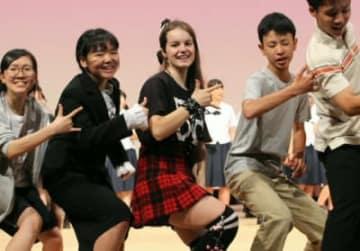 大分豊府高校演劇部の公演で、生き生きと演技するリナ・シュルツさん(中央)=大分市