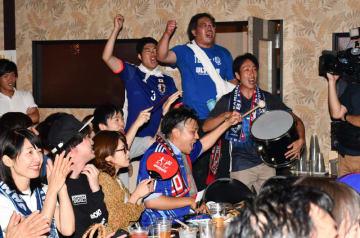 日本代表の気迫あるプレーに声援を送るサポーター=28日午後11時14分、盛岡市大通・青胡椒