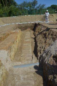 水戸藩付家老の中山氏屋敷跡から発見された江戸時代の石組み水路=水戸市北見町