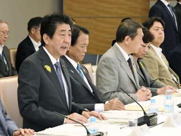 中央防災会議であいさつする安倍首相=29日午前、首相官邸