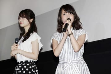 「UNDER THE DOG Jumbled」の初日舞台あいさつに登場した瀬戸麻沙美さん(左)と大久保瑠美さん