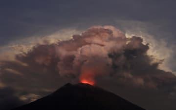 29日、インドネシアのバリ島で噴火するアグン山(ロイター=共同)
