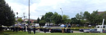 銃撃事件に対応する警察関係者=28日、米メリーランド州アナポリス(ロイター=共同)
