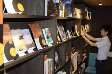 有名ミュージシャンらのお薦めの一冊が並ぶ「ジャズの本棚」=八戸市の八戸ブックセンター