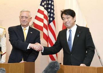 記者会見前に握手するマティス米国防長官(左)と小野寺防衛相=29日午前、防衛省