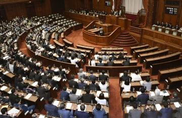 働き方改革関連法が与党などの賛成多数で可決、成立した参院本会議=29日午前