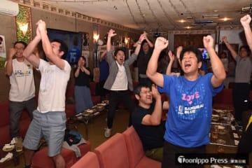 本田選手のゴールで日本が追いつき大喜びするファン=25日午前1時41分、野辺地町
