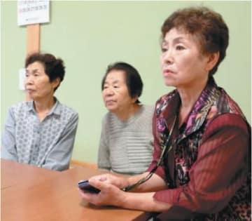 昨年の豪雨を教訓に、日田市の大鶴公民館に早めに避難した地元住民=29日午前