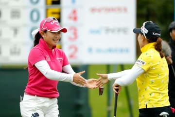 女子ゴルフのステップアップツアー、スカイ・レディースABC杯、イ・ナリ(右)とのプレーオフを制した河本結=29日、兵庫県ABC・GC(ゲッティ=共同)