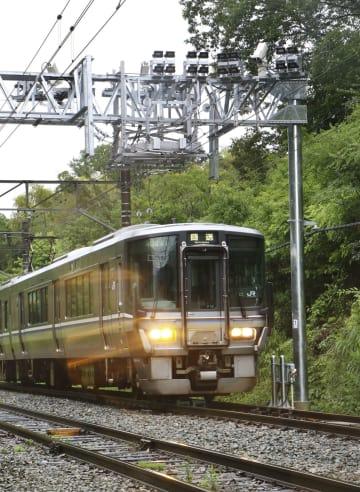 JR西日本が設置した「車両状態監視装置」の下を通過する電車=29日午後、京都府福知山市