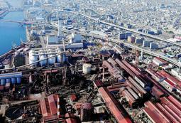 神戸製鋼所神戸製鉄所内の石炭火力発電所=神戸市灘区