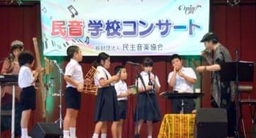民族楽器で子どもたちと合奏する音楽ユニットVIENTO=天城町の天城小学校