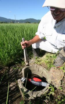 真ちゅう製の水田の蛇口が盗まれたつくば市若森地区では、塩化ビニール製の蛇口への付け替え作業が進む=29日午後、同市若森