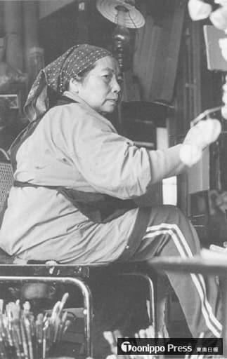 青森市幸畑のアトリエで筆を執る尾崎(1980年代)