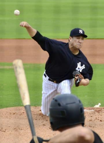 実戦形式で投球練習するヤンキース・田中=タンパ