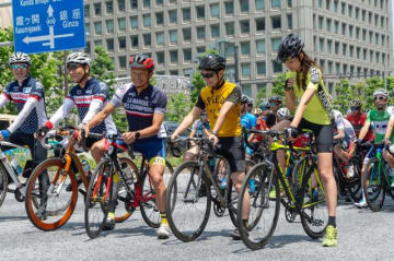 モデルの福田萌子さん(右)と野島裕史(右から2人目)、このあと珍事に巻き込まれることに……(自転車ロードレース 「NTN presents 2018 ツアー・オブ・ジャパン」東京ステージスタート直前)