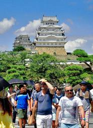 トリップアドバイザーで外国人に人気の日本の観光スポット2018の10位に入った姫路城=姫路市本町