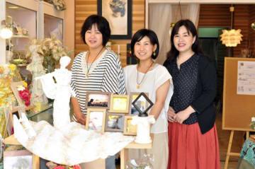 コラボ展示会を開いた(左から)麻木さん、岡本さん、いのうえさん