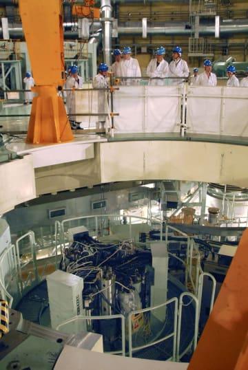 高速増殖原型炉もんじゅで、核燃料を取り出す設備などを視察する原子力規制委の委員ら=30日午前、福井県敦賀市