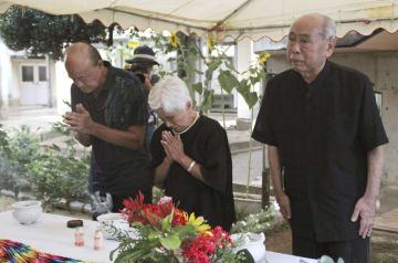 沖縄県うるま市の宮森小に米軍戦闘機が墜落した事故から59年となり、慰霊式で犠牲者を追悼する参列者=30日午前
