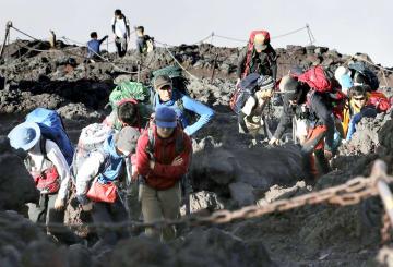 富士山の山開きを前に、山梨県側から山頂を目指す人たち=30日午後