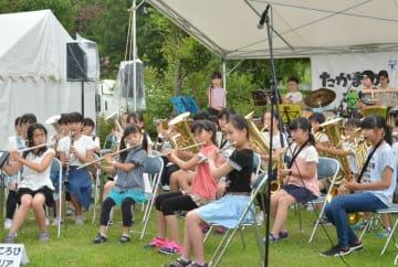 ブラスバンド演奏を披露する高松小の児童たち