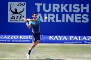 テニスのアンタルヤ・オープン決勝、アドリアン・マナリノと対戦するダミル・ジュムール=30日、アンタルヤ(ゲッティ=共同)
