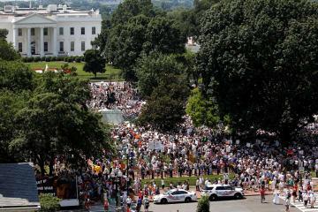 ホワイトハウス前で抗議デモを行う人々=30日、ワシントン(ロイター=共同)