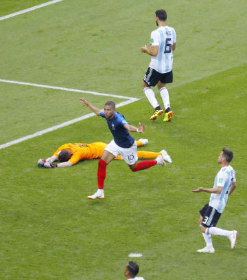 フランス―アルゼンチン 後半、4点目のゴールを決め、駆けだすフランスのエムバペ(中央)=カザン(共同)