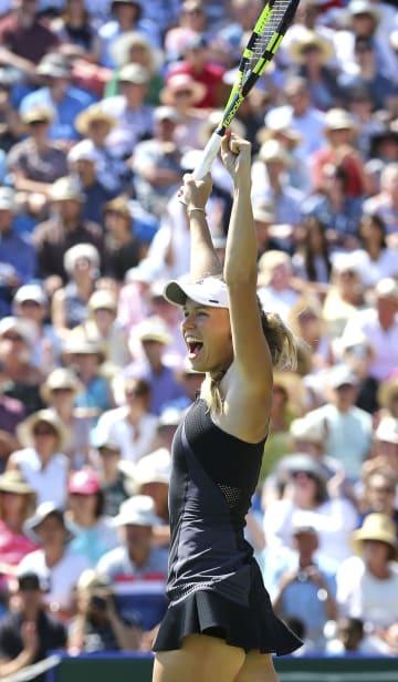 テニスのネイチャーバレー国際、アリーナ・サバレンカを下し、ツアー通算29勝目をマークしたキャロライン・ウォズニアッキ=30日、英イーストボーン(AP=共同)