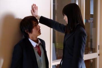 これが完璧な逆壁ドン - (C) 椎葉ナナ/集英社 (C) 2018映画「覚悟はいいかそこの女子。」製作委員会
