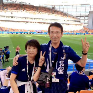 現地のスタジアムで応援を続けている宇佐美和彦さん(右)と美紀さん夫妻(ロシア)