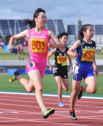 女子2年100メートル決勝 トップでゴールする小倉侑奈(左、滝沢)。予選で12秒53をマークし全国大会出場を決めた=北上市・北上総合運動公園陸上競技場