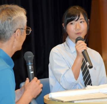 報告会で五輪当時の心境などを振り返る岩渕麗楽選手(右)