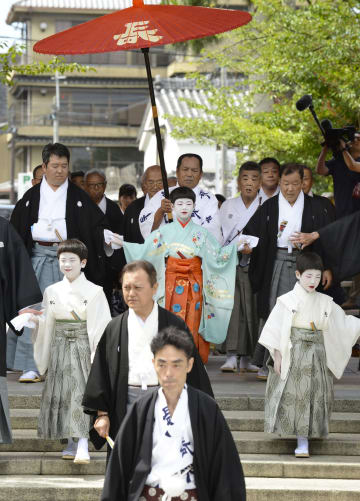 祇園祭の安全を祈願する「お千度の儀」で参拝する稚児ら=1日午前、京都市の八坂神社