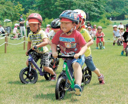 ランニングバイクパークで遊ぶ園児