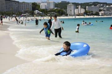 海開きした和歌山県白浜町の白良浜=1日