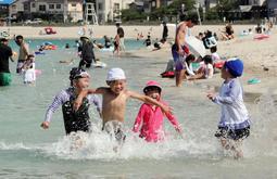 笑顔で水遊びを楽しむ子どもら=1日午後、竹野浜海水浴場(撮影・大山伸一郎)